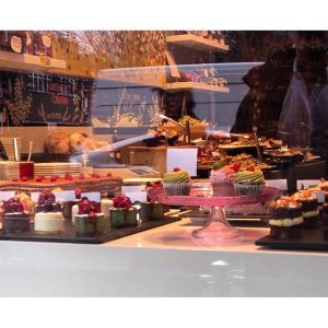 05Feb_CakeWindowShopping