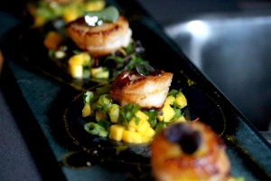 Scallop with mango and spring onion salsa