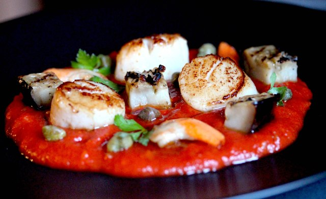 scallops with rich tomato sauce