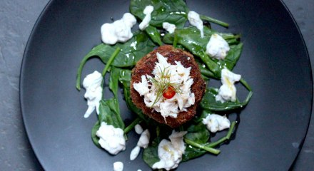 crab cake with spinach and tartar sauce